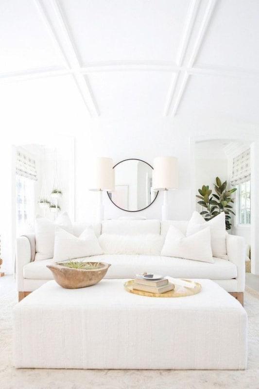 decoração clean de sala com sofá branco