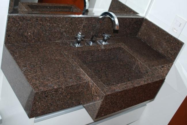 banheiro com bancada de granito marrom