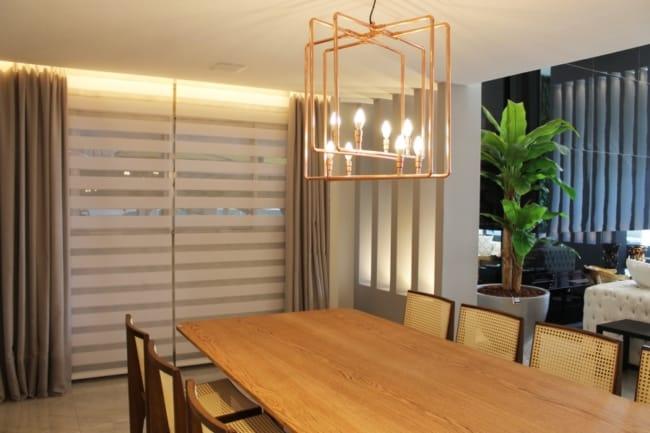 sala de jantar com persiana double vision de tecido
