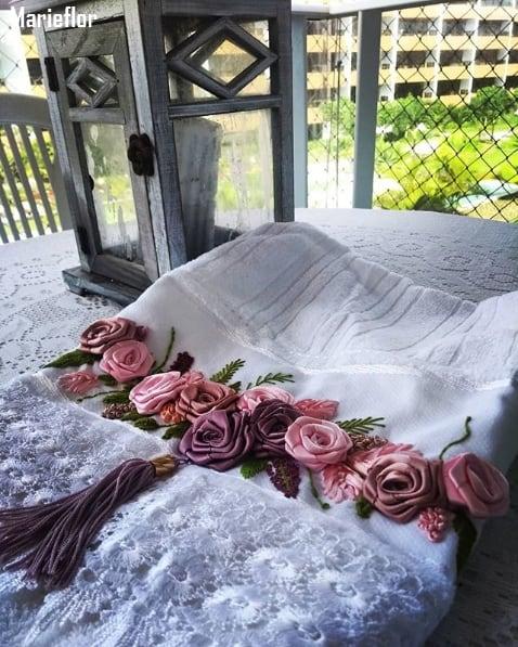 toalha branca bordada com flores de fita de cetim