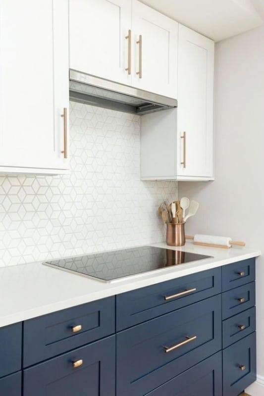 cozinha branca com armários em azul marinho