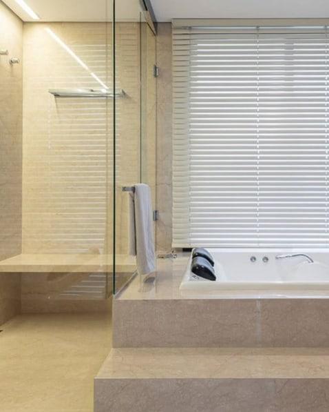 banheiro de luxo com cortina branca em alumínio