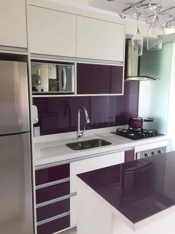 cozinha moderna com armários planejados em branco e roxo