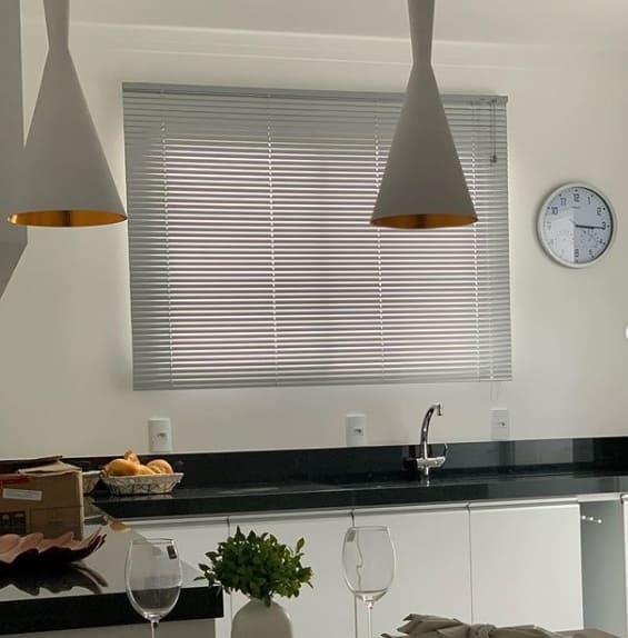cozinha com cortina branca estilo persiana