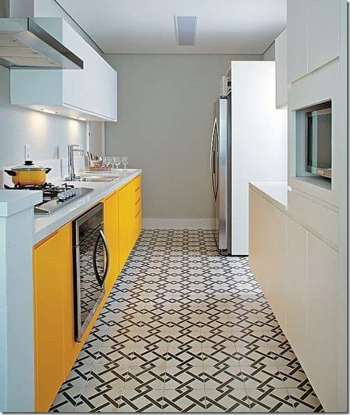 cozinha planejada com armários em branco e amarelo