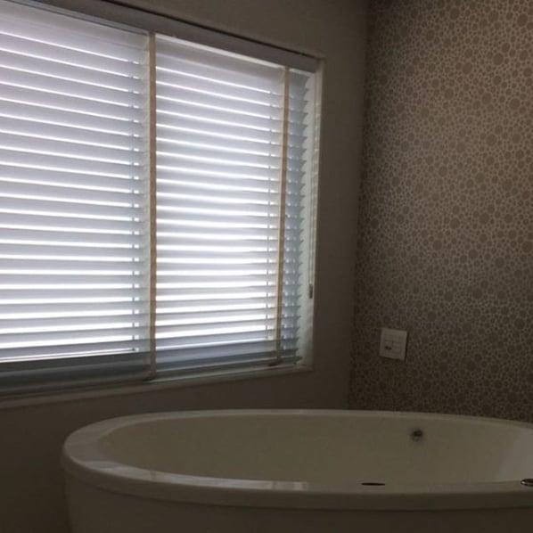 banheiro com persiana de PVC branca