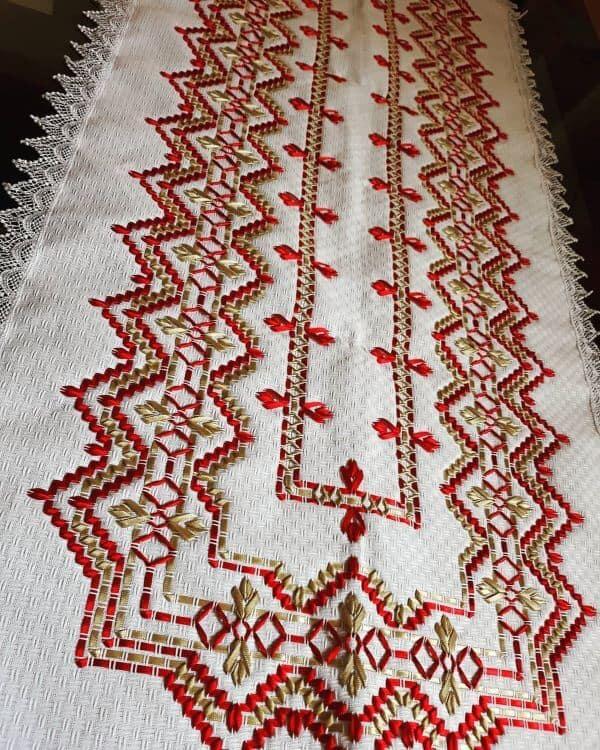 caminho para mesa com bordado em fita de cetim