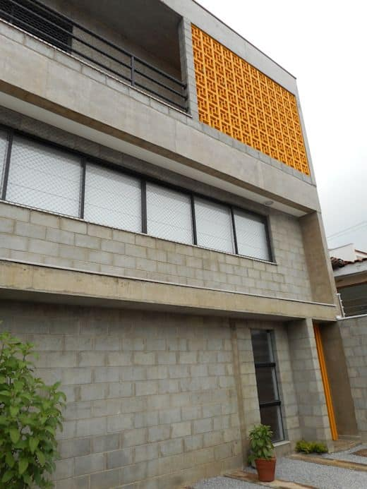 fachada moderna com blocos de concreto aparente