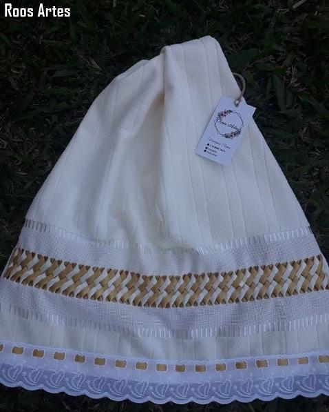 toalha de rosto com bordado de fita