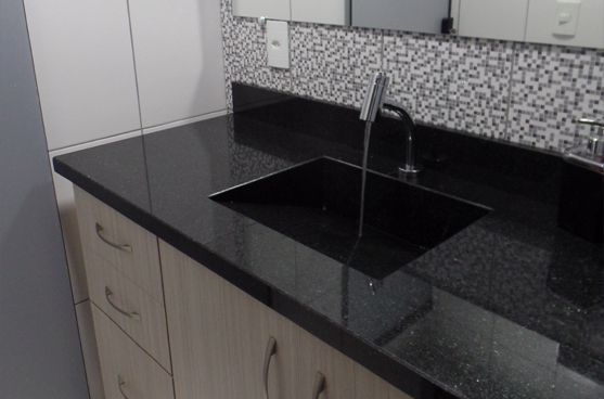 banheiro simples com bancada de granito preto