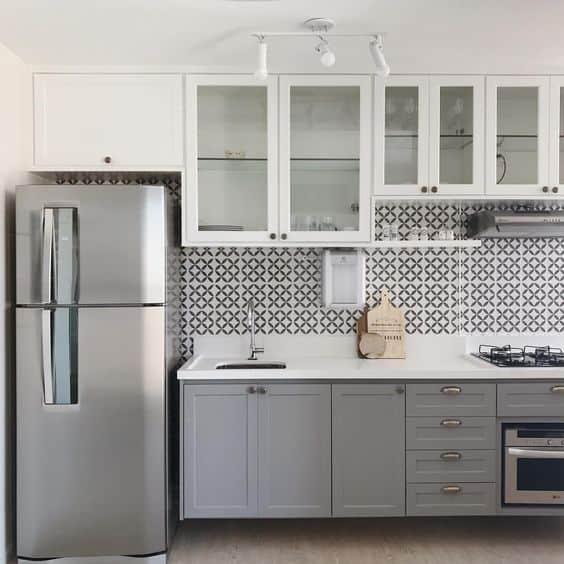 cozinha com armário em branco e cinza