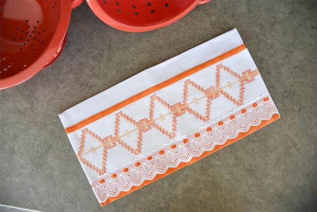 pano de prato com bordado laranja