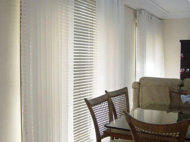 sala de jantar com persiana horizontal branca