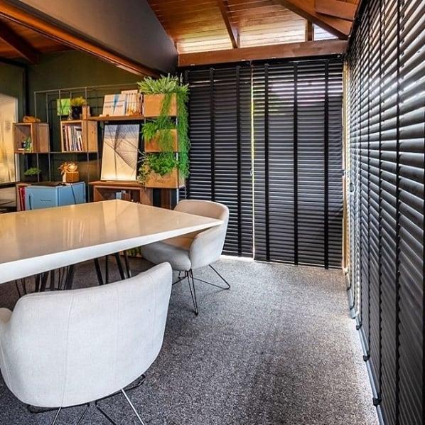 decoração moderna com cortinas pretas estilo persiana