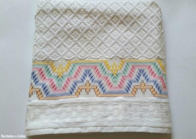 toalha de banho com bordado em linha colorida