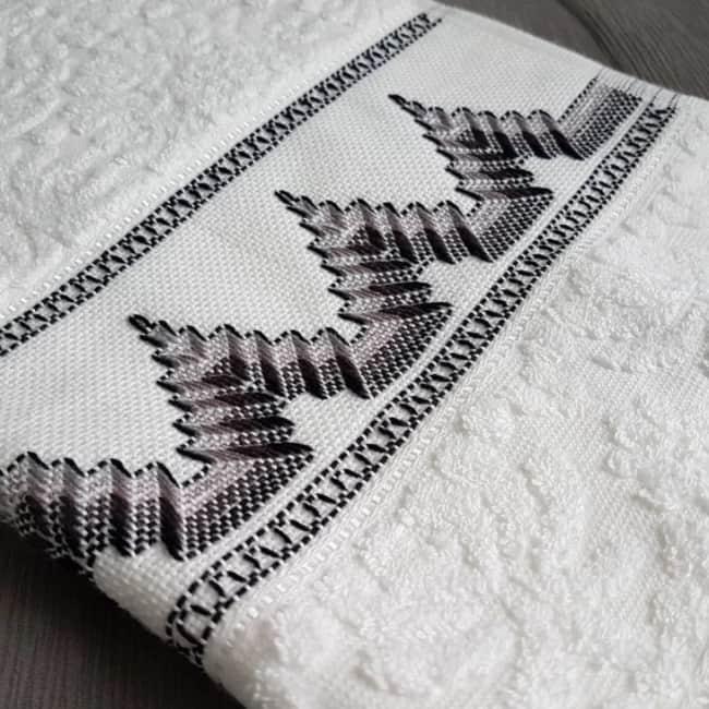 toalha de banho com barrado bordado em vagonite