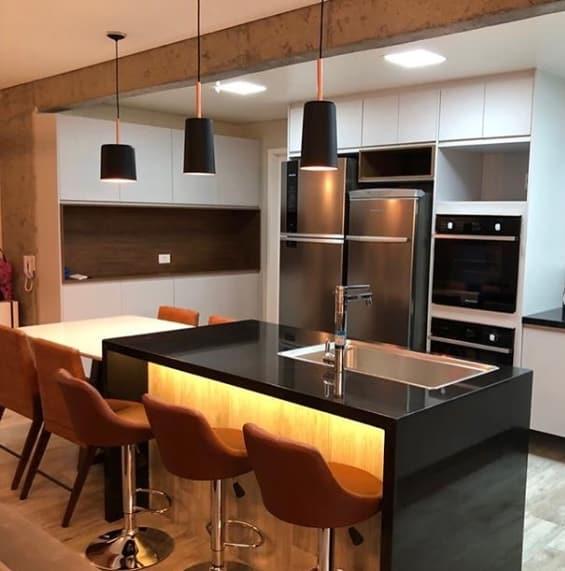 cozinha com ilha em granito preto absoluto