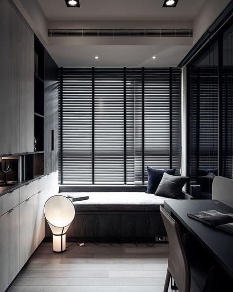 quarto de solteiro moderno com persiana horizontal preta