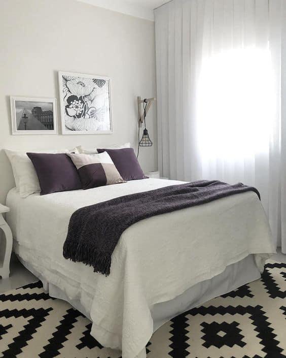 quarto pequeno com cama de casal e decoração na cor branca
