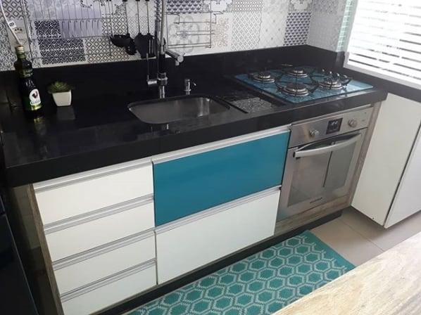 cozinha pequena com bancada de granito preto absoluto