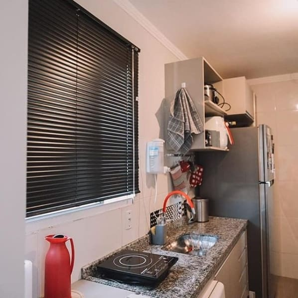 cozinha simples com persiana preta na janela