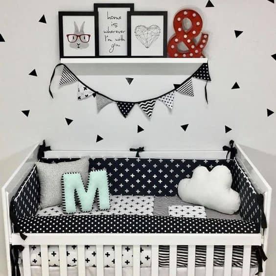 quarto de bebê com decoração em branco e preto