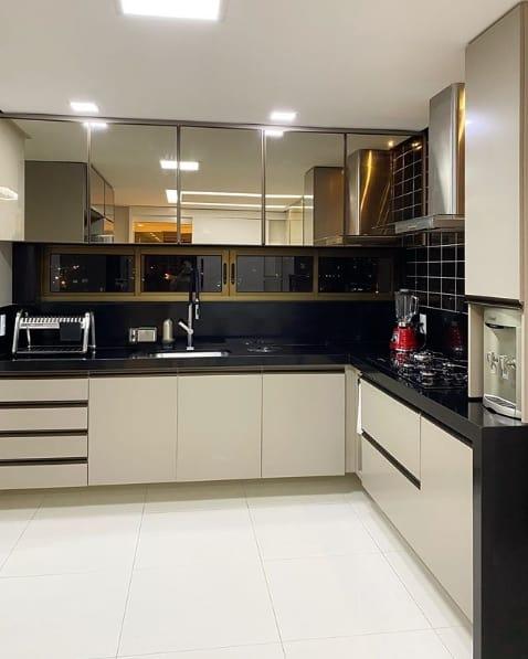cozinha moderna com bancadas de granito preto