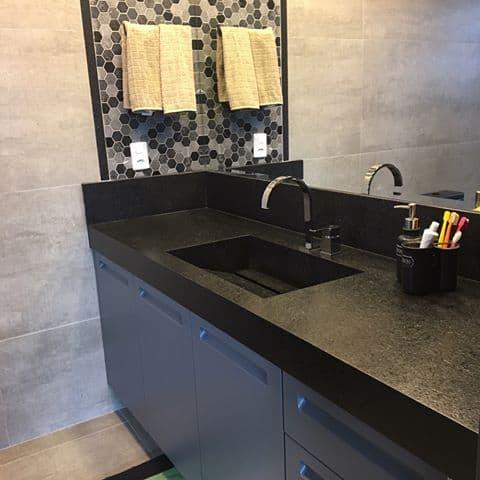 banheiro com granito preto São Gabriel escovado