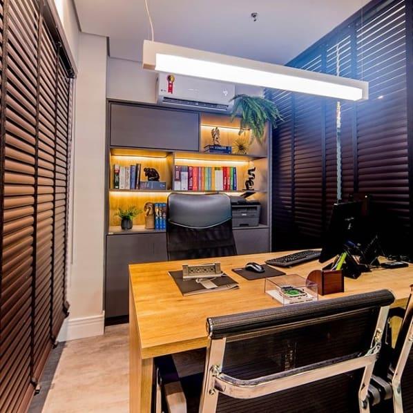 escritório com cortinas persianas de PVC