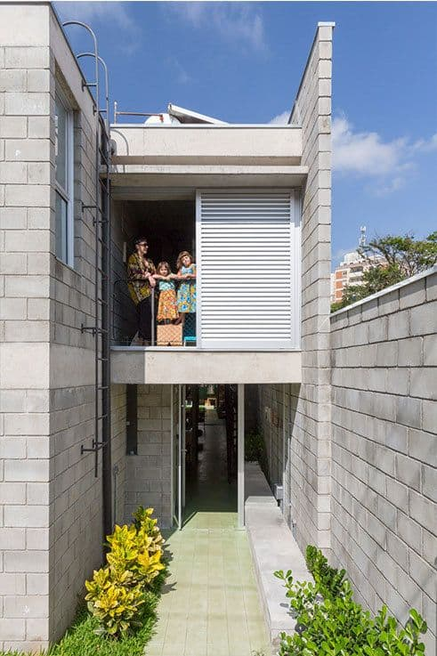 sobrado com fachada de blocos estruturais aparentes