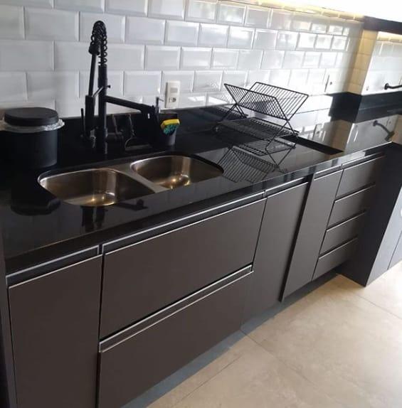 bancada de cozinha moderna em granito preto absoluto