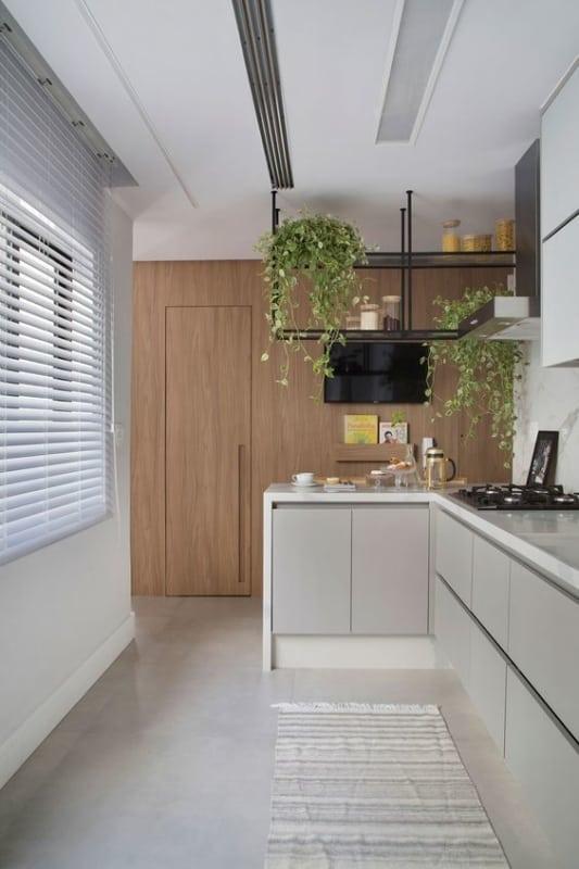 cozinha moderna e clean com persiana horizontal branca