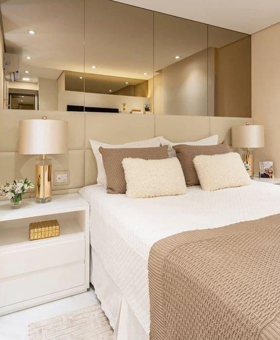 quarto clean com decoração neutra em branco e bege