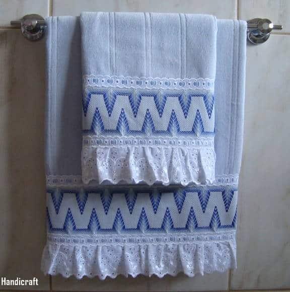 toalha de banho e rosto azul com bordado em linha