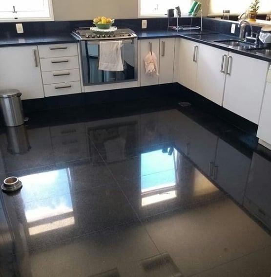 cozinha com piso de granito preto absoluto