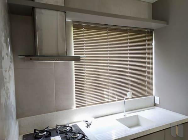 cozinha pequena com cortina persiana horizontal