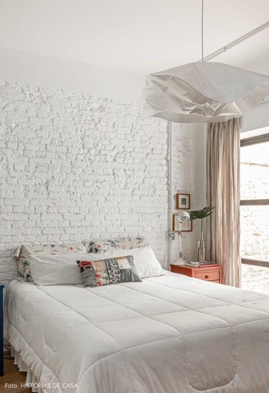 decoração simples para quarto branco com parede de tijolinhos