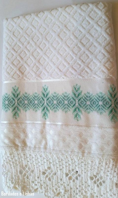 toalha de banho branca com bordado em vagonite