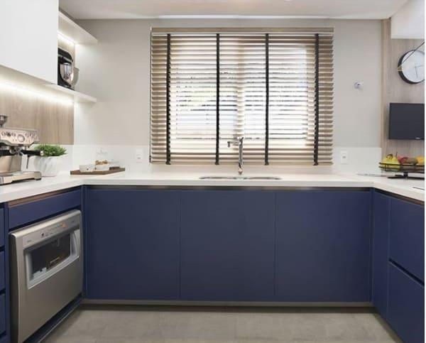 cozinha moderna com cortina persiana com fitas de tecido