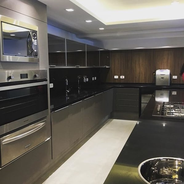 cozinha cinza e preta com bancadas de granito preto absoluto