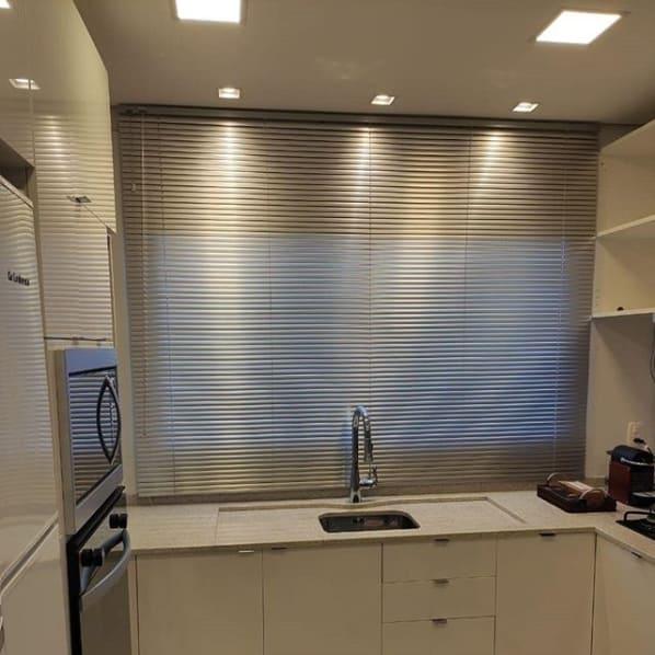 cozinha planejada com cortina persiana de alumínio