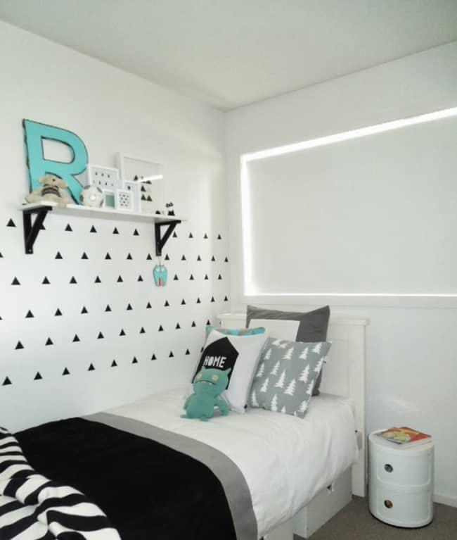 quarto de solteiro branco com decoração simples