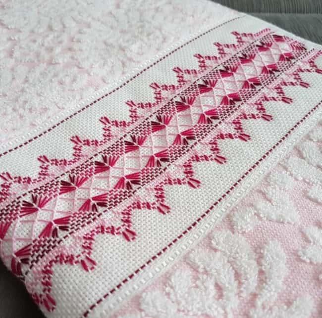 toalha de banho rosa bordada