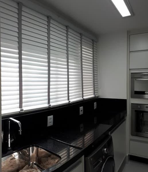 cozinha com persiana horizontal com tecido