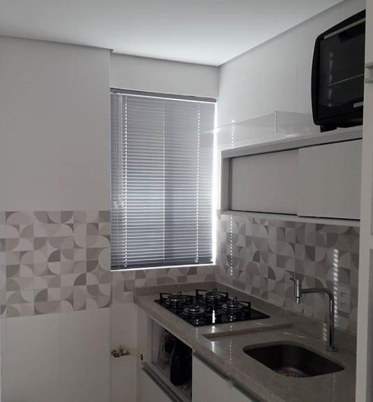 cozinha com persiana de alumínio para janela pequena