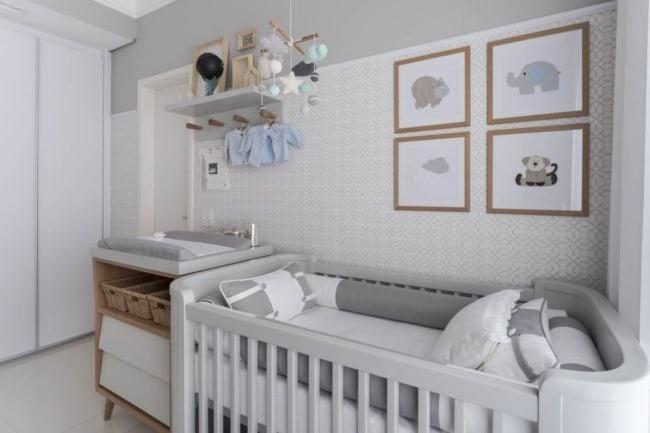 quarto de bebê branco e cinza