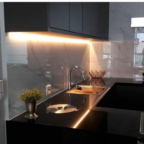 cozinha com bancadas de granito preto absoluto