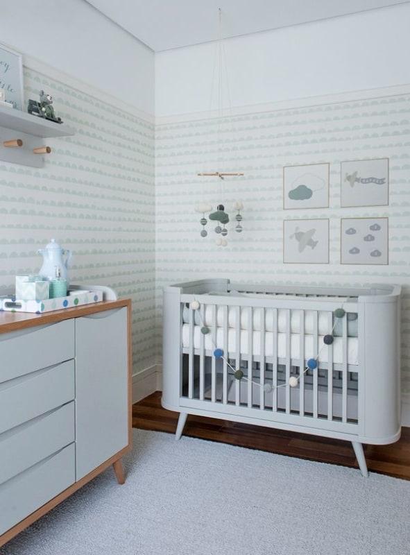 quarto de bebê branco com papel de parede