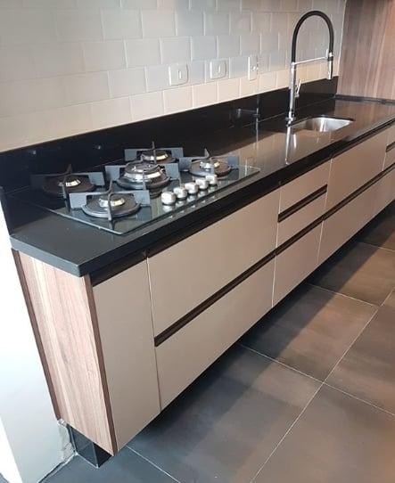bancada de cozinha em granito com fogão cooktop