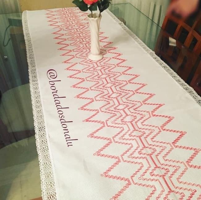 caminho de mesa com bordado em linha
